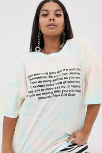 New Girl Order Curve - Oversized-T-Shirt in Batikoptik mit Manifesto-Print - Mehrfarbig - Farbe:Mehrfarbig