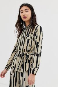 Monki - Bedrucktes Oversize-Hemd mit Gürtel und Utility-Design
