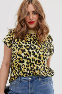 Simply Be - Hochgeschlossenes T-Shirt mit gelbem Leopardenmuster - Mehrfarbig - Farbe:Mehrfarbig